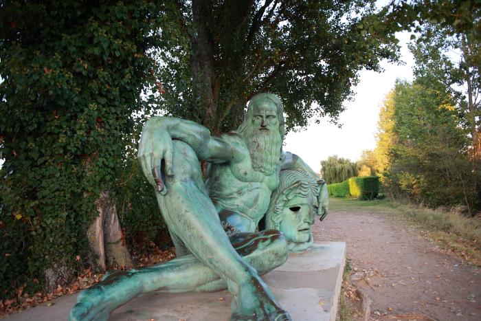対岸にあるダビンチの像