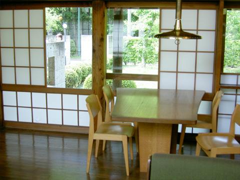 台形のテーブル