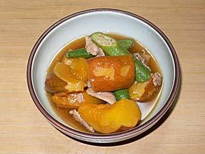 豚肉とオクラと一緒にカボチャを煮る