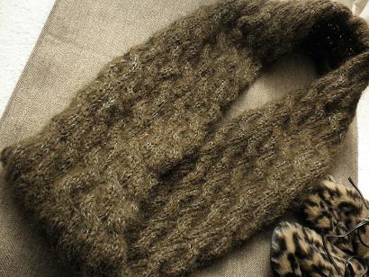 カーキモヘアの縄編みスヌード05