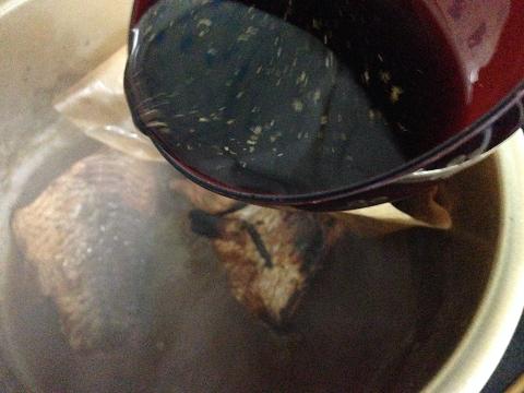 砂糖、しょうゆ、はちみつシロップ、おろしショウガで味付けする
