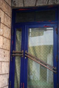 青いドア60
