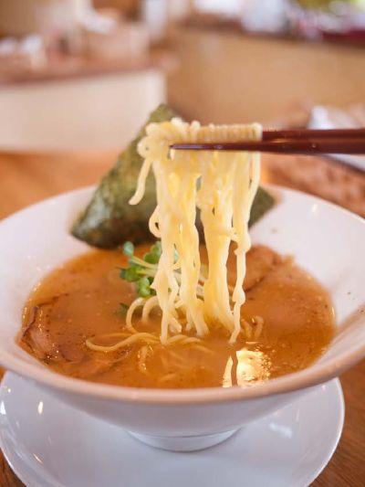 らーめん屋Hi-BRi 和風豚骨の麺