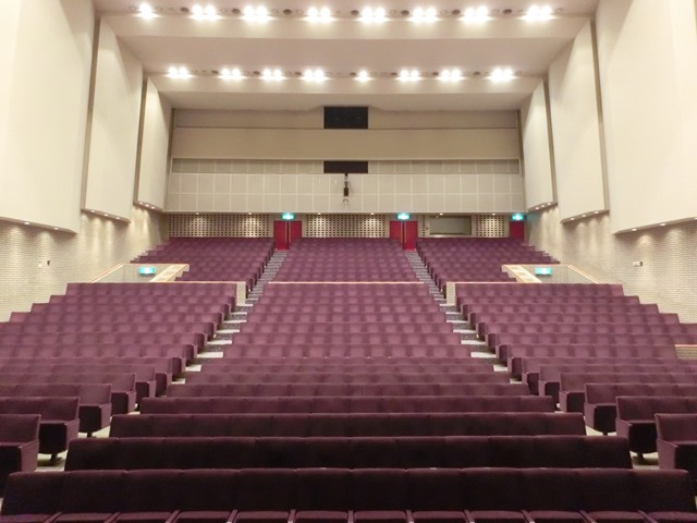 平塚中央公民館大ホール (ステージセンターからの眺め)