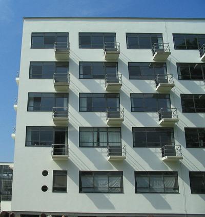 566px-Bauhaus-Dessau_Wohnheim_Balkone_convert_20110204204834.jpg