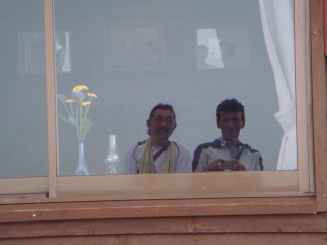 小屋の窓に影
