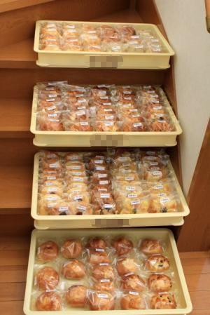 11.02.13バザーのパン_4ケース