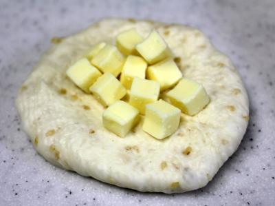 11.03.02セサムブロートヒェン_チーズを包む