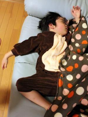 12.03.02ソファーで寝る次女