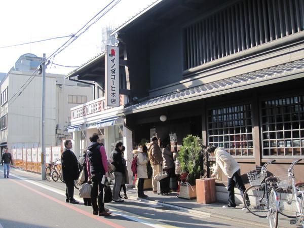 イノダ珈琲店前の行列
