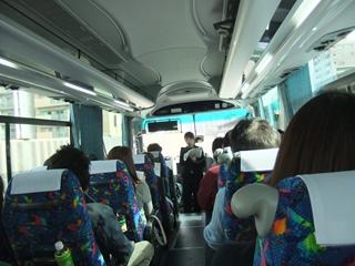観光バスの中①