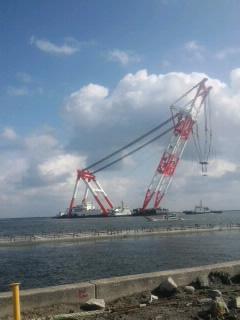 境港の岸壁工事の巨大クレーン船