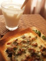 桃牛乳とチーズトースト