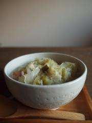 丸ごとキャベツとベーコンのスープ