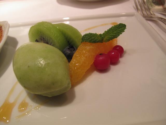 アイスクリームとフルーツ