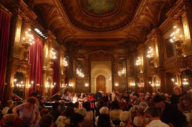 Grand Cafe Foyer Callantsoog : Cafe be オペラ座モネでエリザベートコンクールの入賞者のコンサート