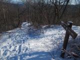 雪の下山道