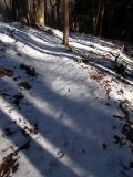 雪の尾根道に続く足跡