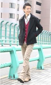 白シャツ×赤カーディガン×Pコート