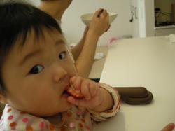 0521苺にガブリ