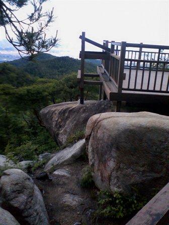 岩の上に展望台