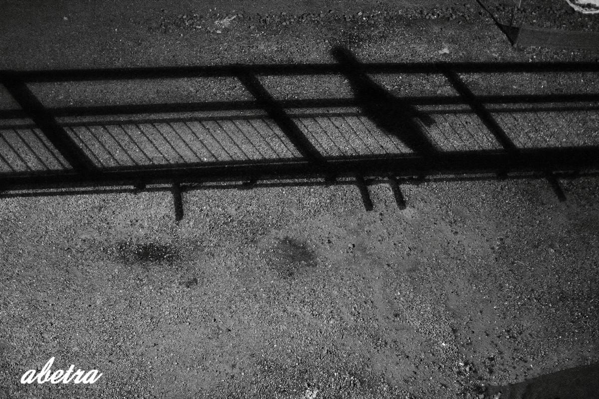 橋を渡る影