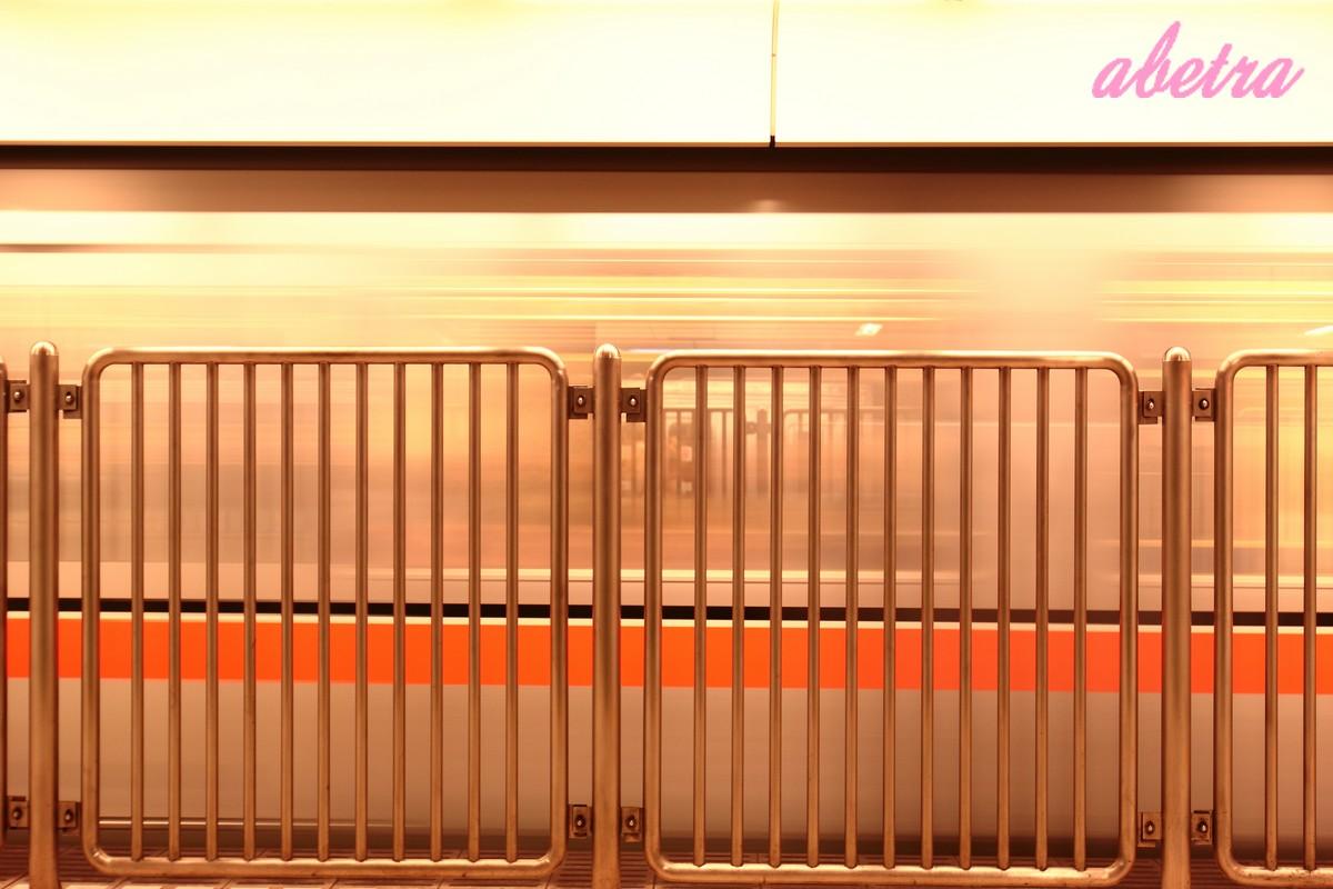 柵の奥、オレンジの線