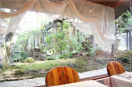 中庭の自然を眺めながらの朝食
