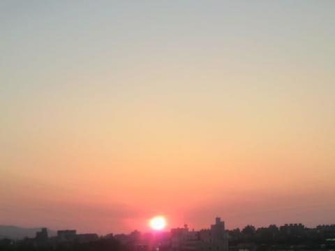 夕日をケイタイでパチ☆