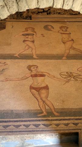 中庭東側小部屋の水着の少女達モザイクinカザーレのローマ離宮