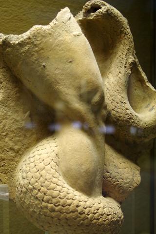 考古学博物館04ヒュドラ対ヘラクレスレリーフの一部inシラクーサ