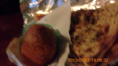 昼食バルで買ったアランチーニとピザで夕食inシラクーサ