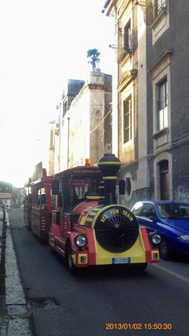 ローマ劇場北側の道で観光機関車に遭遇inカターニア