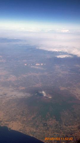 機内よりナポリ南東ヴェスヴィオ火山