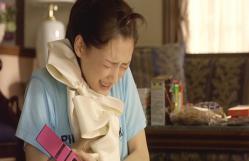ウエディングドレスを抱きしめて泣くホタル