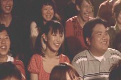 芝居を見て笑っている夏子