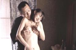 義父に乳房を揉まれている夏子