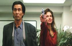 加納の銃を取っていきなり撃つスーザン