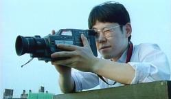 ビデオカメラで覗いている呉永児