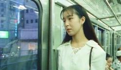 電車から外を眺めている理香