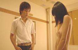 上村の前で胸を見せたケイコ
