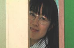 ドアの隙間から戸田を見ているケイコ先生