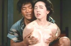 おすみの乳房を揉んでいる大七