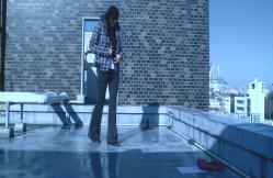 あるビルの屋上でメモを見つけた由佳