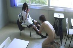 教室で全裸でまどかのニーソを脱がそうとする柿口