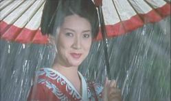 雨の中、傘を差して笑っている風音