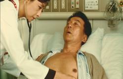 診察している折井医師