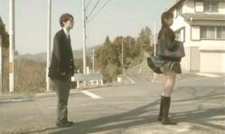 前の女子高生のスカートが