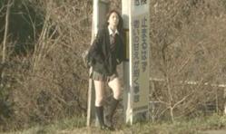 ミニスカ女子高生・美由紀が近くから見ている