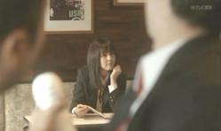喫茶店で嘉郎の方を見ている紗英